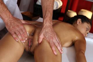 Massage nus en gros plan.